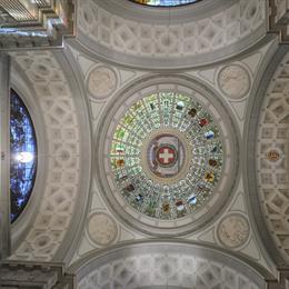 Große Halle mit Wappen